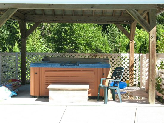 Cascade Falls Bed & Breakfast : 7 seater hot tub with wooden canopy