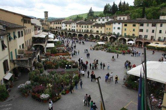 Piazza Matteotti: Piazza di Greve in Chianti durante festa dei fiori