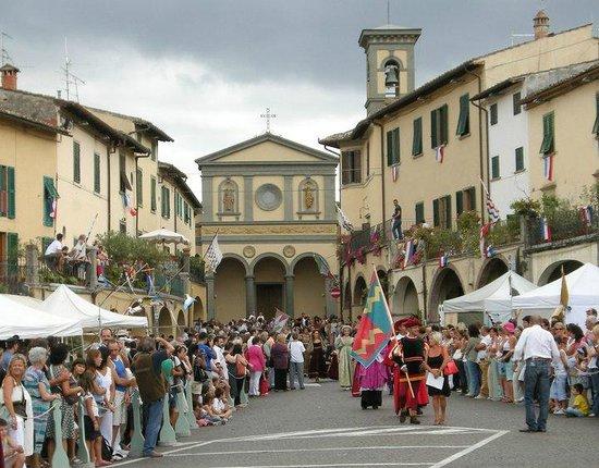 Piazza Matteotti: feste varie con chiesa  e suo campanile Greve in Chianti