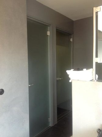 Asgard Hotel: Top floor room, separate shower and toilet