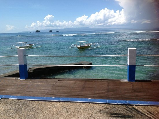 Bali Shangrila Beach Club: view of the ocean, locals can take you out to the 3 islands snorkelling
