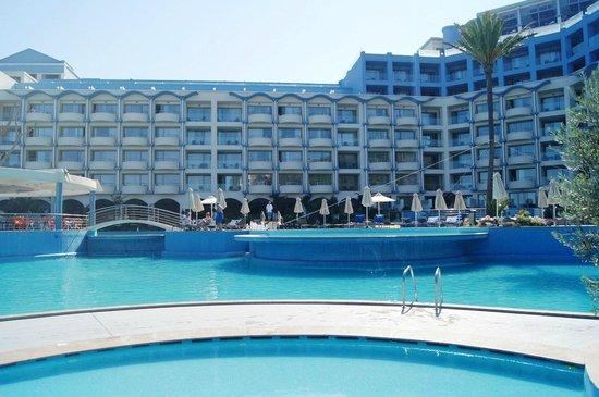 Atrium Platinum Hotel: вид на отель и бассейн