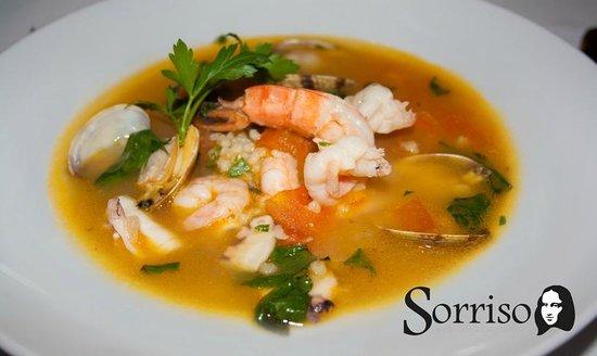 Ristorante II Sorriso: Safran-Venusmuschel-Fischsuppe mit gegrillter Jakobsmuschel, Weißwein und Petersilie