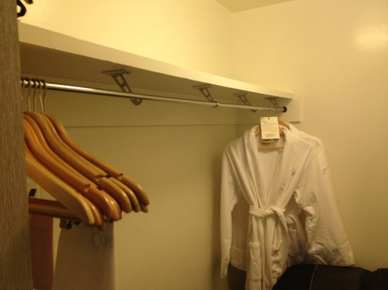 West Beach Inn : Closet