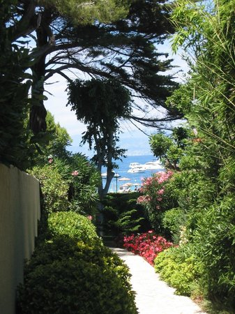 Hotel Imperial Garoupe : Hotel grounds path down to beach
