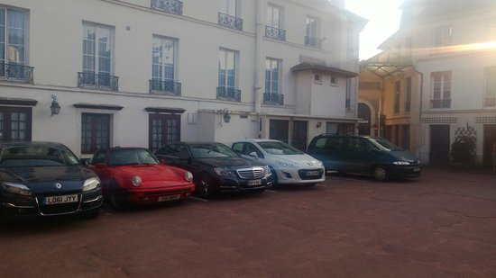 Hotel du Cheval Rouge: Plenty of parking