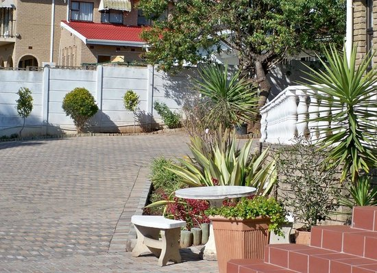 Ayahluma Guesthouse: secure parking and a nice place to read during the day