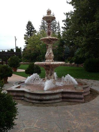 Vintners Inn: Peaceful Fountain