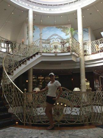 Vila Vita Rosenpark : Lobby staircase