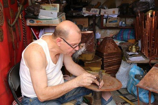 Artisanal Affairs Day Tours : Copper embosser - Mohammed