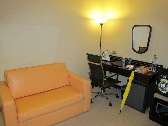 Silka Johor Bahru: Sofa with desk