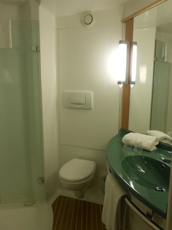Ibis Barcelona Meridiana: bathroom
