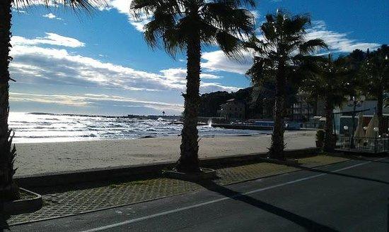 Lorenza Sul Mare: Di fronte all'hotel