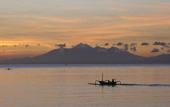 Paradise Palm Beach Bungalows : Dawn over Lombok from Paradise restaurant.