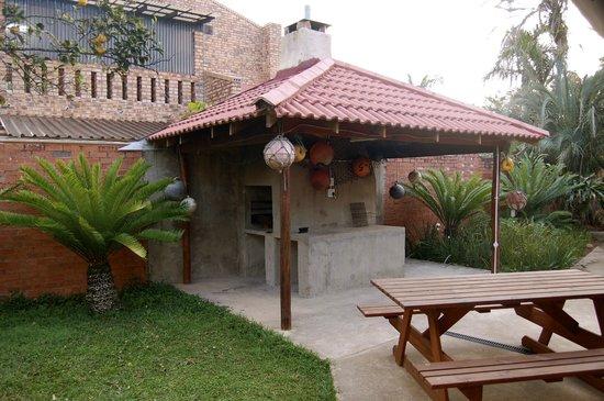 Lai-La Log Cabins : Barbecue area.