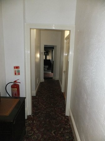 Newcastle House Hotel: Steps hidden in shadow on way to toilet and bathroom