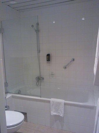 Regency Suites Hotel Budapest: Bathroom
