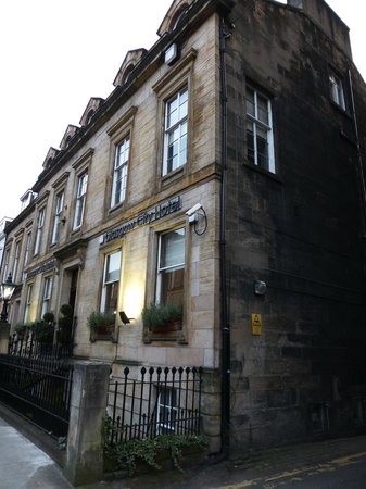 Best Western Glasgow City Hotel: Gorgeous old building.  My room was on the second floor of this corner of the building.