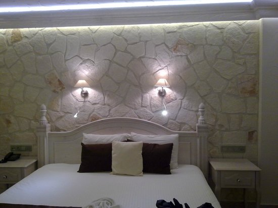 Oasis Hotel: delux suit room's bed