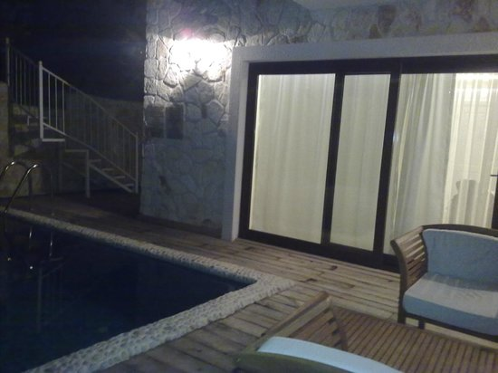 Oasis Hotel: delux suit room's private pool night view