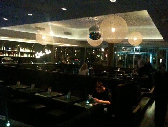 Motel One Hamburg am Michel: Lobby bei Abend, wird morgens zu Frühstücksraum