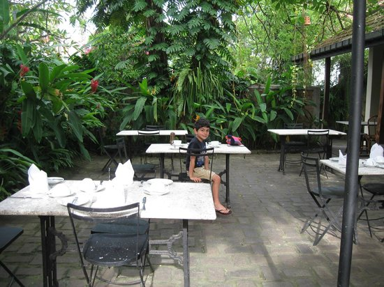 The Havelock Place Bungalow : Breakfast in the garden