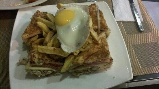 Glotons: club sandwich, S/. 20.40