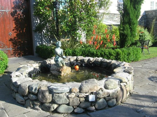Muckross Park Hotel & Spa: Fountain in the garden area