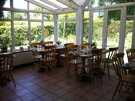 Glenalmond Guest House: The lovely sunny Breakfast dining room.