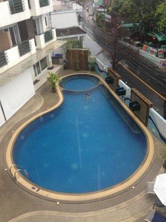 First Residence Hotel: bader i regnet