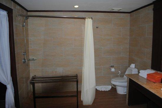 Novotel Samui Resort Chaweng Beach Kandaburi: Cortina del baño que no alcanza a toda la ducha