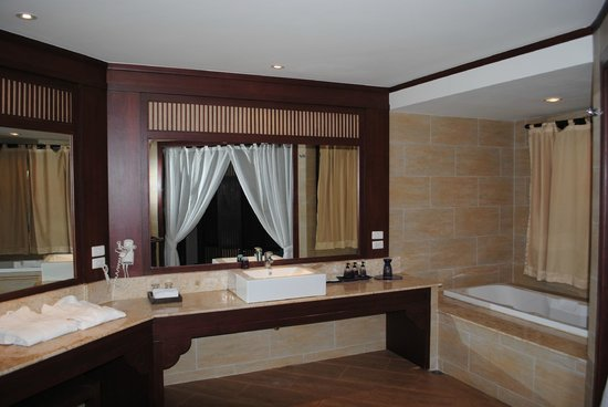 Novotel Samui Resort Chaweng Beach Kandaburi: Baño amplio