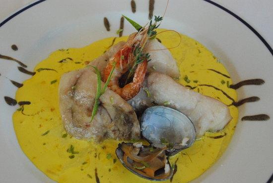 Entremareas: Tacos de corvina sobre crema de olivas y azafrán con langostino glaseado y un toque de cítricos.