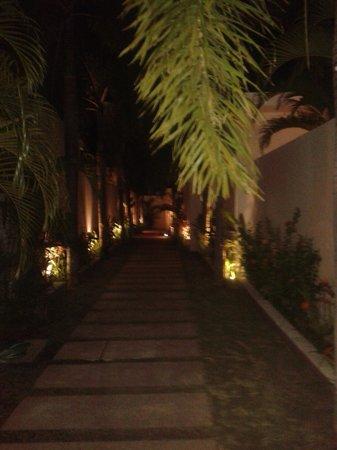 Chandra Luxury Villas Bali: Walkway to Villas