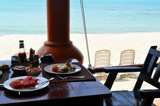 Samui Laguna Resort: Завтрак на пляже