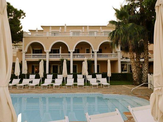 Hotel Les Mouettes : Hotel vu de la piscine