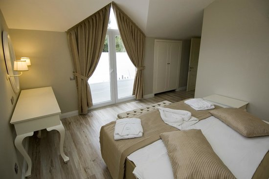 The Pine Hill Hotel & Suites: Deluxe Suite with outdoor jacuzzi