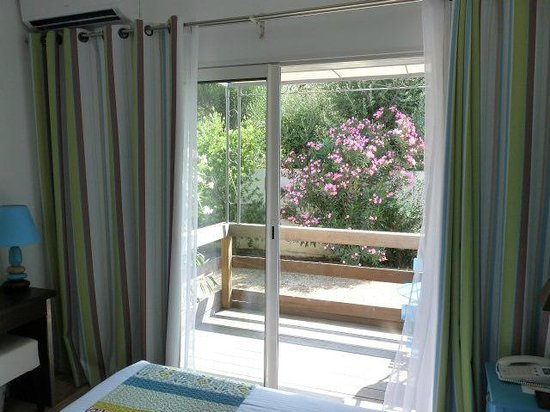 Golfe Hotel : Vue d'une chambre Confort  terrasse