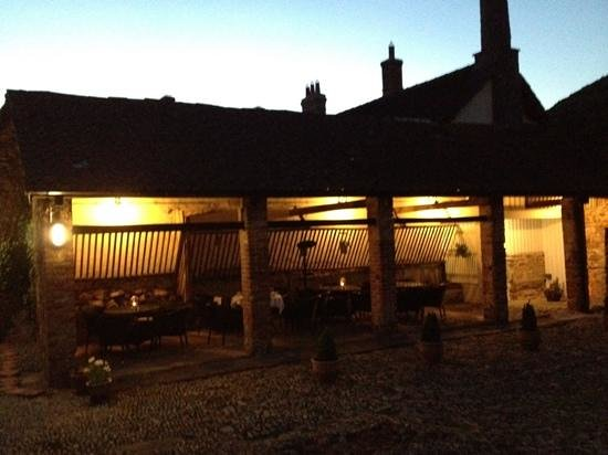 Cross Lane House: Al Fresco dining on a warm summer's evening ...... just perfect!