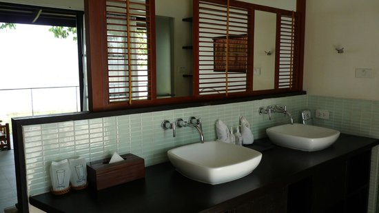 The River Resort: Wash basins behind the bed