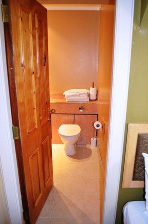 Kilmarnock Arms Hotel: Bathroom entry