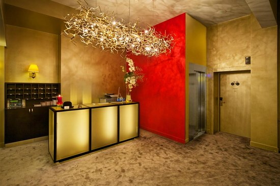 Hotel Neufchatel: Reception desk
