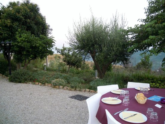 Briciola di Sole Country House: cena in giardino