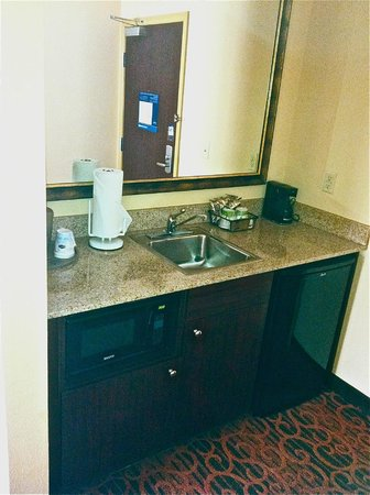 Hampton Inn & Suites Dothan: Refrigerator/sink area by entrance door