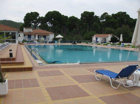 Hotel Karavos: Pool area