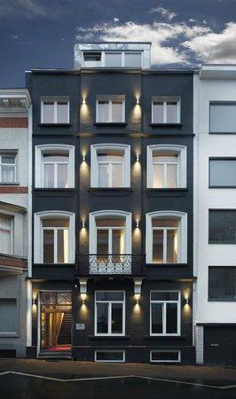 Hotel Neufchatel: Street side building