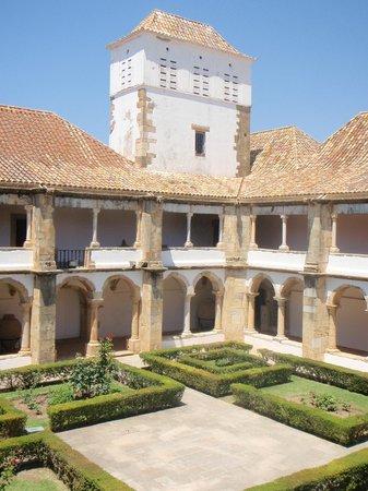 Museu Municipal de Faro: Across the cloisters