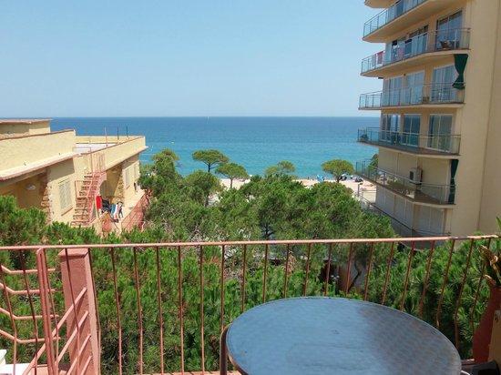 Hotel Aromar : la vue du balcon ,salon et chambre