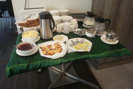 The Lotus Service Apartments: 無料サービスの朝食のパン&コーヒーなど