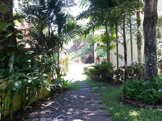 Fullmoon Beach Resort: path to the pool